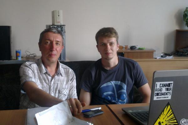 Іван Пасічник та В'ячеслав Хаврусь працюють над спільною розробкою.